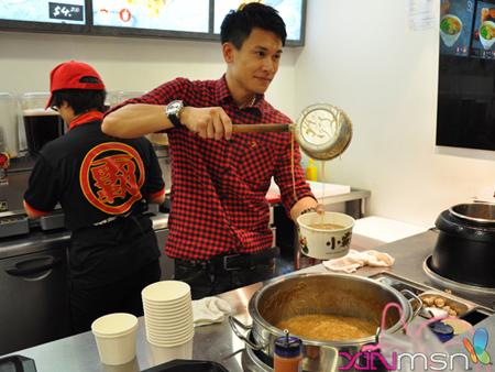 台北新加坡两地飞的王建复,除了要兼顾台湾的演艺事业,还要照料新加坡的生意和家庭,可说非常不简单。